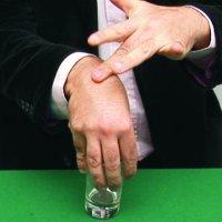 Moneda a través de la mano